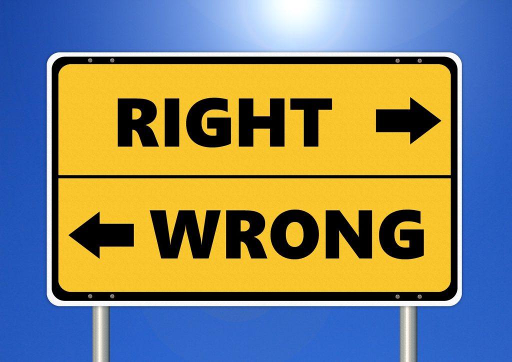 verkeersbord met pijl naar rechts: right en pijl naar links: wrong